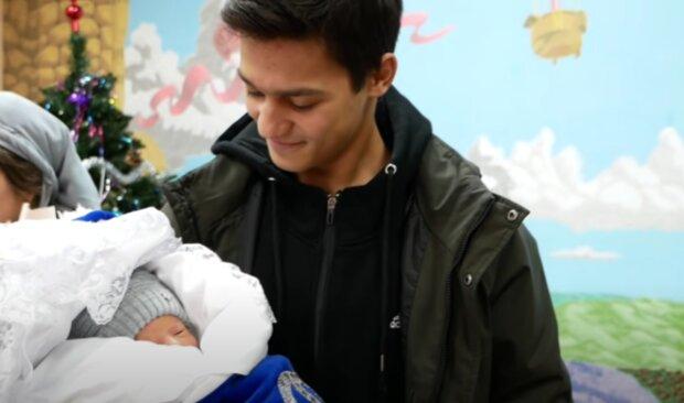 Otec a miminko. Foto: snímek obrazovky YouTube