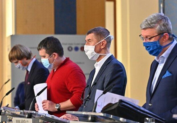 Masky, školy, vysoké školy, akce: česká vláda opatření zmírnila. Podrobnosti
