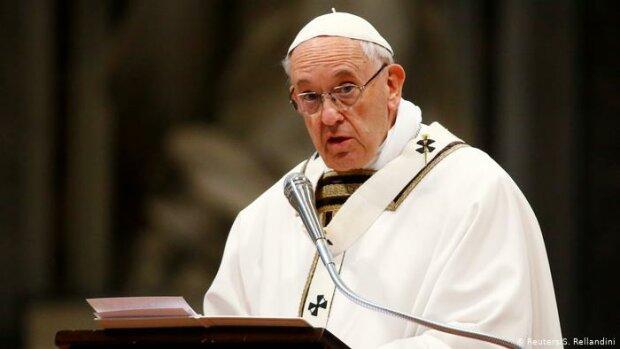 Věřící jsou pobouření a papež na Instagramu stále lajkuje modelky bez oblečení: Není to poprvé, když si ho všimli