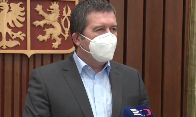 """Hamáček přivítal na letištiČechy, vyhoštěné z Moskvy: """"nic neudělali, nic nespáchali, pouze trpí kvůli ruské reakci na oprávněný krok Česka"""""""