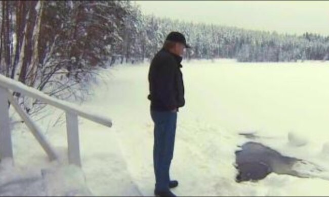 Každé ráno muž  chodí do rybníka, aby viděl svého kámoše, který na něj čeká za každého počasí.
