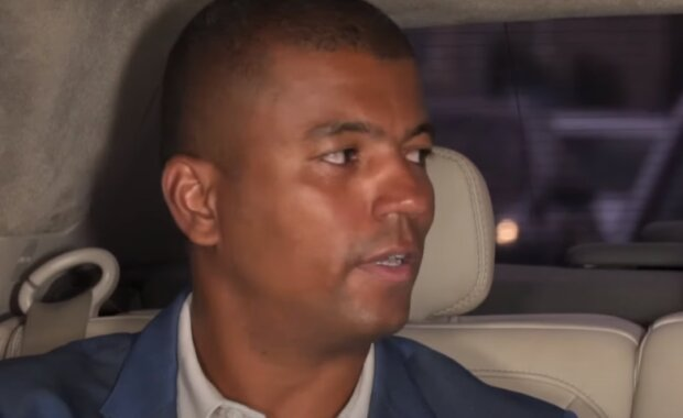 """""""Opatrujte se a přeji vám vše dobré"""": Moderátor Televizních novin Rey Koranteng má potvrzenou nemoc"""