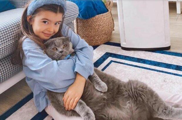 Talentovaná ve všem: turecká dívka se obléká jako dospělá a svými schopnostmi získává potlesky publika
