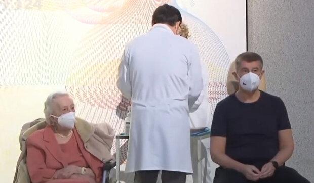 Jak dopadlo první očkování v Praze a v Brně: Kdo jako první z Čechů dostal vakcínu