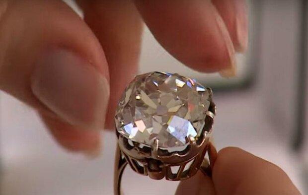 Žena si za pouhý cent koupila na pouličním trhu prsten s obrovským kamenem. Klenotník doporučil ten kámen zkontrolovat