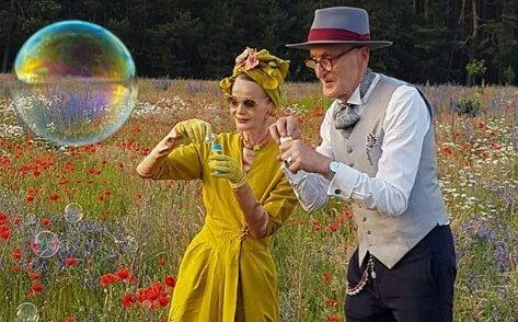 """""""Vždy mladé a veselé"""": Starší pár z Berlína se proslavil svými módními outfity"""
