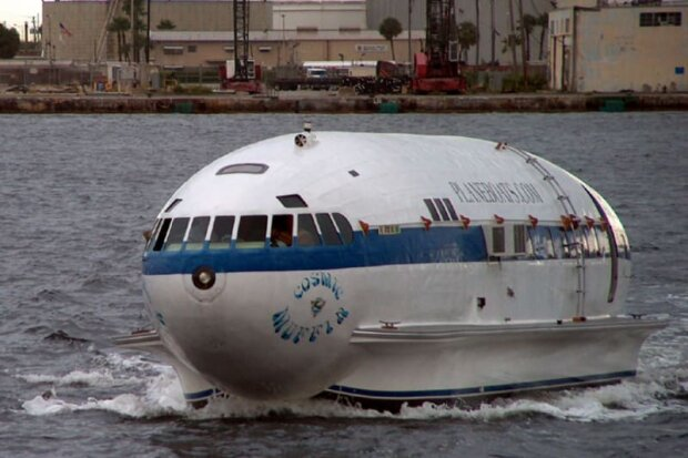 Ten chlap zmodernizoval letadlo na člun a žil v něm 39 let