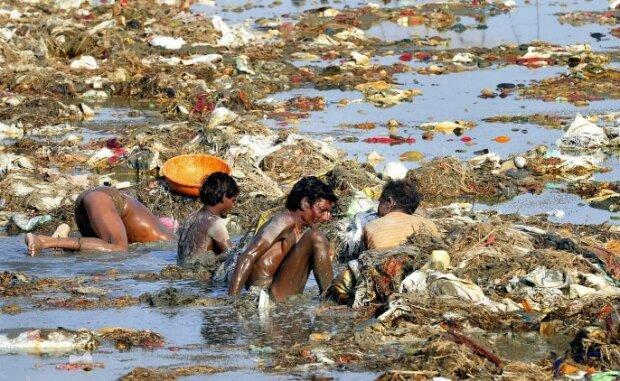 """""""Bolí hledět"""": proč Indové tolik znečišťují řeku Gangu"""