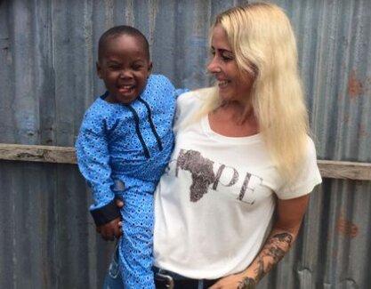 O 8 týdnů později: transformace sirotka, kterého zachránila slečna volontérka
