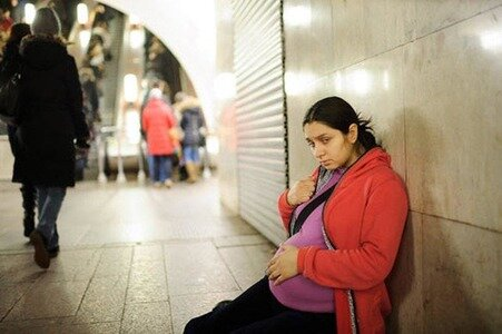 Příběh těhotné slečny, která byla nucena žebrat: jak může obyčejný kolemjdoucí změnit život člověka