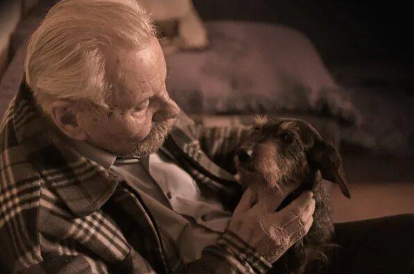 Důchodce byl v depresi kvůli ztrátě svého milovaného mazlíčka: nejprve kurýr a pak celá vesnice ho podporovala