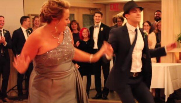Maminčin zábavný tanec. Foto: snímek obrazovky YouTube