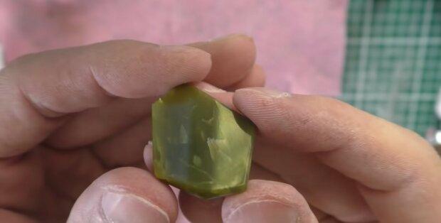 Proč v dražbě dostala žena majlant za kámen, kterým deset let majitelka podpírala dveře stáje