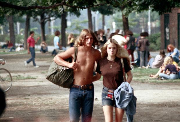 Světle modré džínové kraťasy: oblíbený trend amerických dívek v 70. letech