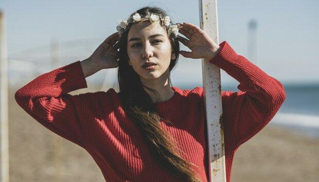 Teplý a útulný podzim: jak a s čím na podzim nosit svetr-šaty