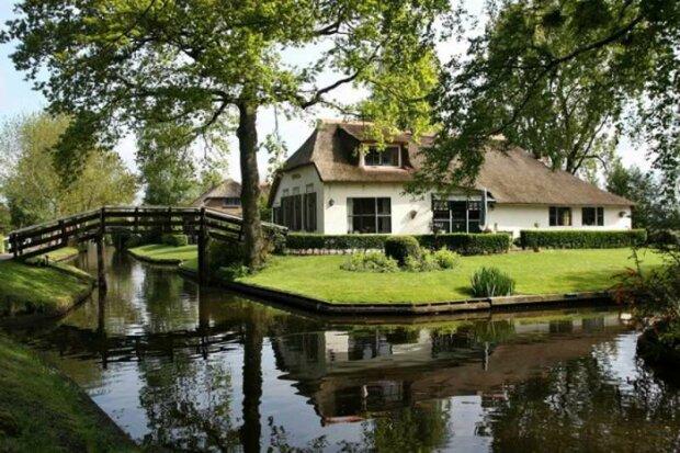 Obyvatelé nizozemské vesnice nemají silnice, ale pohybují se výhradně pěšky nebo po vodě
