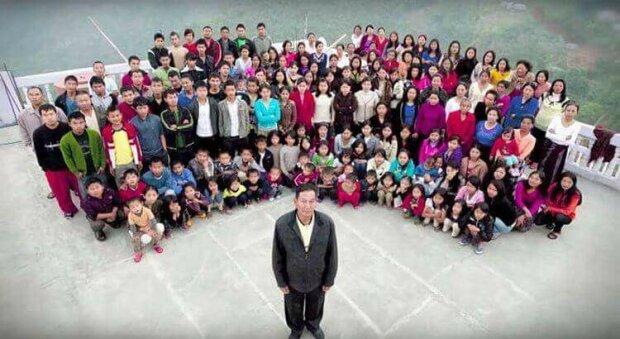Má 39 manželek, 94 dětí, 33 vnoučat. A celá jeho rodina žije pod jednou střechou