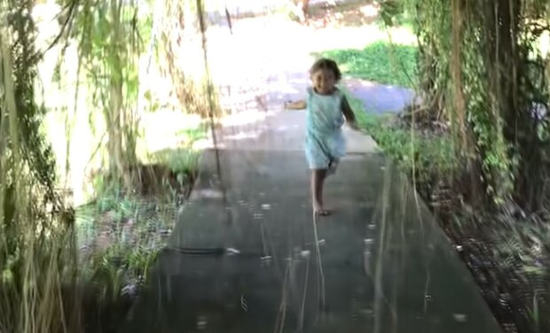 Holčička běžela po cestě k mamince a zcela náhodou šlápla na hada