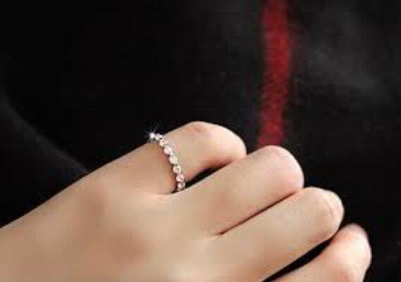 """""""Pochopit charakter člověka podle jeho výběru šperků"""": Co symbolizují prsteny na různých prstech"""