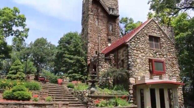 Výstřední houslista před 100 lety postavil hrad s věží: Jak vypadá hrad, jehož stěny jsou složeny 500 tun kamene