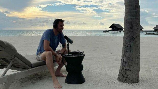 Pracovna na pláži, která budí závist: Leoš Mareš si na exotických Maledivách udělal pracovnu