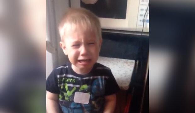 """""""Neopouštěj mě, maminko"""": Chlapeček plakal, když viděl, jak jeho nevlastní matka začala balit věci"""
