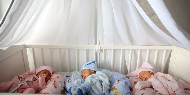 """""""Ne"""": trojčata nedokázala skrýt své zklamání, když se dozvěděla, že budou mít mladší sestry. Neobvyklé těhotenství jejich matky"""