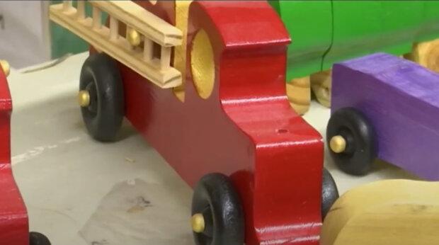 """""""Santův pomocník"""":  Osmdesátiletý důchodce zdarma vyrábí dětem vánoční hračky pomocí starodávnou technologie"""