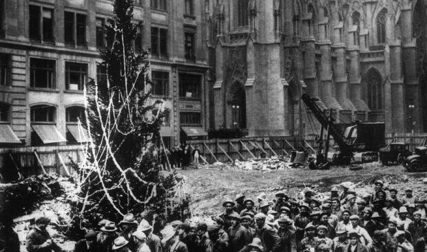 """""""Příběh Vánoc"""": proč se hlavní vánoční strom na světě začal stavět ve třicátých letech 20. století a jak se nyní vybírají girlandy, které jej zdobí"""