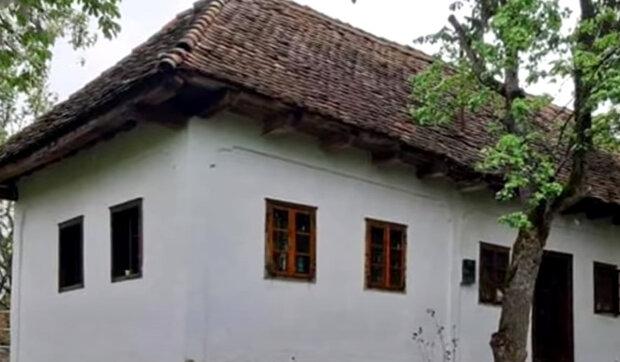 Muž postavil vlastní dům z odpadků jako dárek své ženě