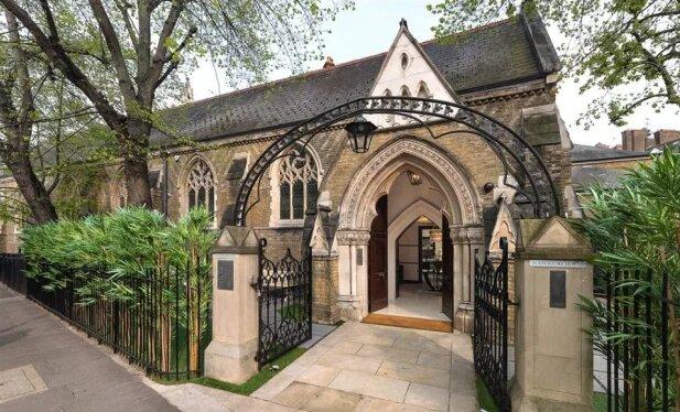 Starý kostel, který byl přeměněn na zámek s lázněmi a tělocvičnou, je nyní v prodeji za 48,5 milionu eur