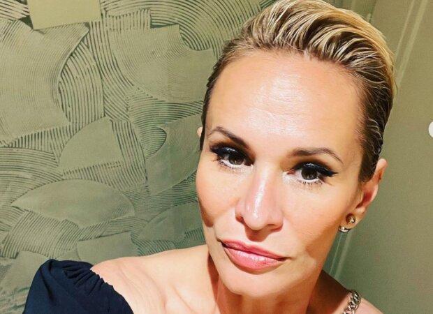 Monika Absolonová zářila i se zlomenou nohou o berlích: Zpěvačka se poprvé od rozchodu ukázala ve společnosti