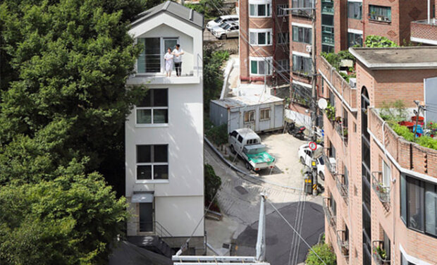 Sousedé dělali srandu, když pár koupil pozemek o velikosti garáže. O rok později postavili pětipodlažní vilu