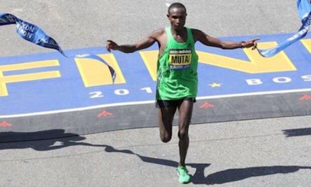 Keňskému běžci Abelu Mutai zbýval jeden metr do finiše, ale zmátl se a zastavil. Španěl Ivan Fernandez ho následoval a všemu pochopil