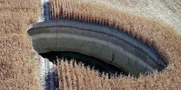 Úplné selhání: ráno turecký farmář vyšel prozkoumat své kukuřičné pole a narazil na zející dury v zemi