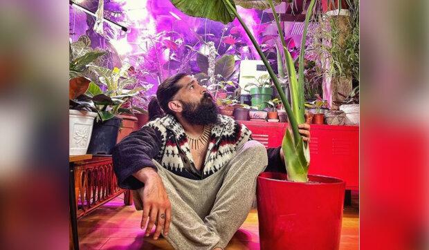 """""""Byla bych radši, kdyby trávil každý víkend v hospodě"""": Proč muž vysadil ve svém domě stovky druhů rostlin a proměnil bydlení v džungli"""