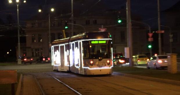 V Praze vandalové znetvořili vánoční tramvaj: Jak nyní vypadá dlouho strádající císymbol Vánoc