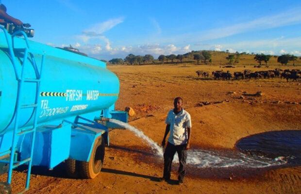 """""""Kamion je těžký a nejede moc rychle"""": Jak člověk s vodou Patrick Kilonzo Mwalua zachraňuje před žízní stovky zvířat"""