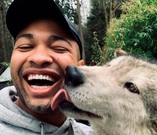 Existuje ostrov obývaný přátelskými vlky, který navštěvují pouze odvážní turisté
