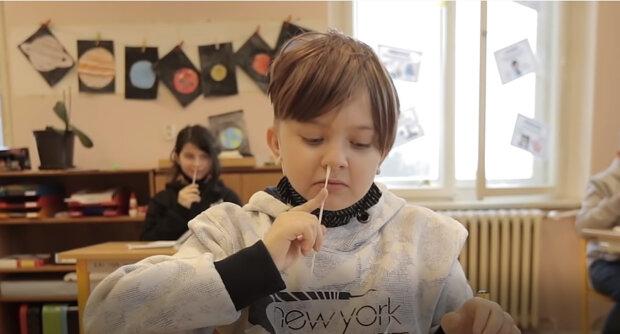 """""""Proč se nemohou děti testovat doma a co dělat, když bude dítě pozitivní: Nejčastější otázky rodičů dětí, které se dnes vrátily do školy"""