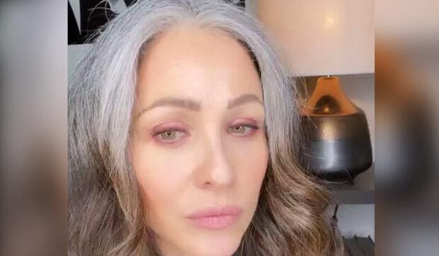 Bývalá modelka odmítla barvit vlasy a získala popularitu na sociálních sítích: Lidé chtějí vědět, kolik jí je let