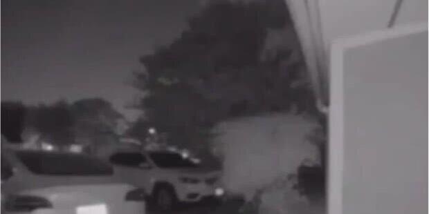 Bezpečnostní kamera zachytila objekt, který se pohyboval nad domem: Lidé předpokládali, že jde o UFO