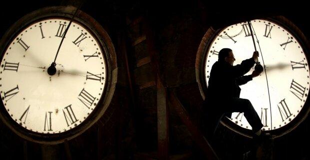 Nejbližší noc potrvá o hodinu delší: Ve tři hodiny v noci na neděli se posunou hodiny zpět