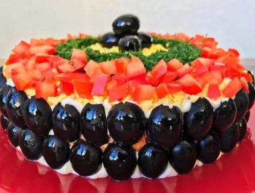 """Recept na novoroční salát """"Karnevalová noc"""", který se stane skutečnou ozdobou slavnostního stolu"""