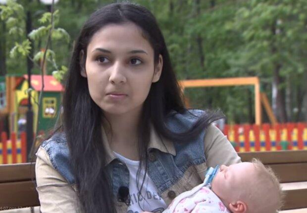 Žena a dítě. Foto: snímek obrazovky YouTube