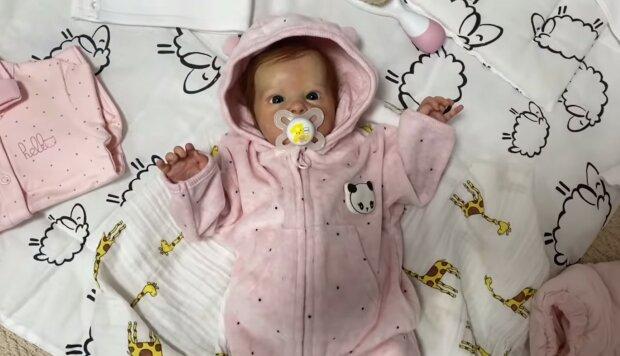 """""""Dítě je příliš velké výdaje"""": Lidé se vzdali dětí, ale koupili realistickou panenku, která napodobuje dítě"""