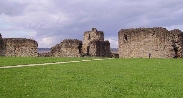 Turisté, kteří navštívili starý hrad, vyfotili ducha: Proč odborníci plánují navštívit zříceninu hradu