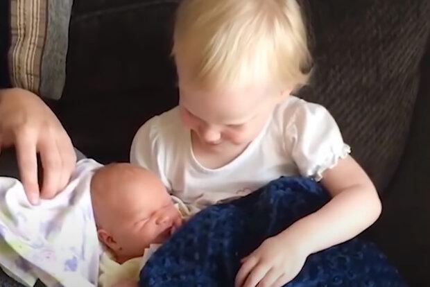 """""""Držím tě, držím tě, držím tě"""": Chlapec čekal na první setkání se svou novorozenou sestrou. Chlapcova matka měla slzy v očích"""