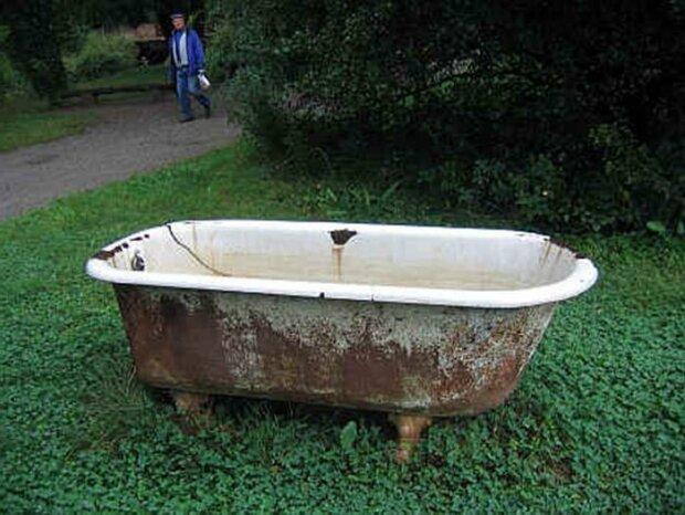 Majitel vzal starou vanu a zakopal ji na zahradě. Celá komunita na vesnici obdivuje výsledek jeho práce