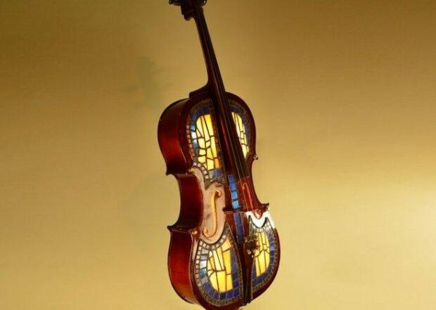 Umělec mění staré hudební nástroje na lampy a ochotně sdílí své fotografie: jedinečný styl